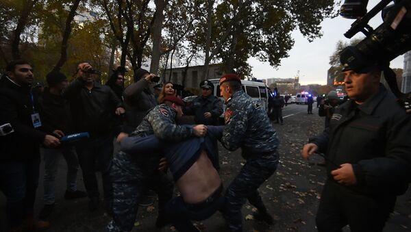Полиция Еревана разогнала участников акции, требующих отставки главы Минобрнауки - Sputnik Армения