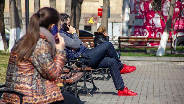 Молодые люди с телефонами в Сквере Хачкаров - Sputnik Армения