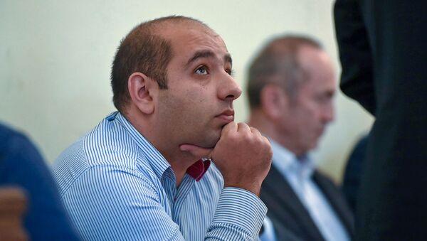 Адвокат Ованнес Худоян слушает речь Арама Вардеваняна на судебном заседании по делу экс-президента Роберта Кочаряна (6 декабря 2019). Еревaн - Sputnik Արմենիա