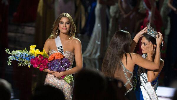 Мисс Вселенная 2014 Паулина Вега (в центре) надевает корону на победившую конкурс 2015 года, Мисс Филиппины Пиа Вурцбах (справа) рядом с Мисс Колумбия Ариадна Гутьеррес (слева) во время шоу Мисс Вселенная 2015 (20 декабря 2015). Лас-Вегас - Sputnik Արմենիա