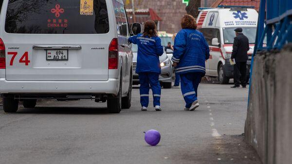 Автомобиль скорой помощи у медицинского центра Сурб Асвацамайр - Sputnik Արմենիա