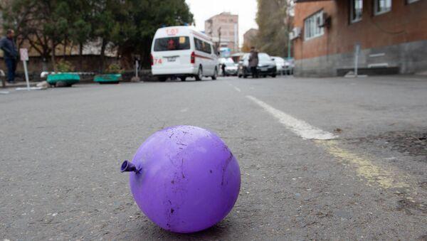 Заброшенный воздушный шарик у медицинского центра Сурб Асвацамайр - Sputnik Արմենիա
