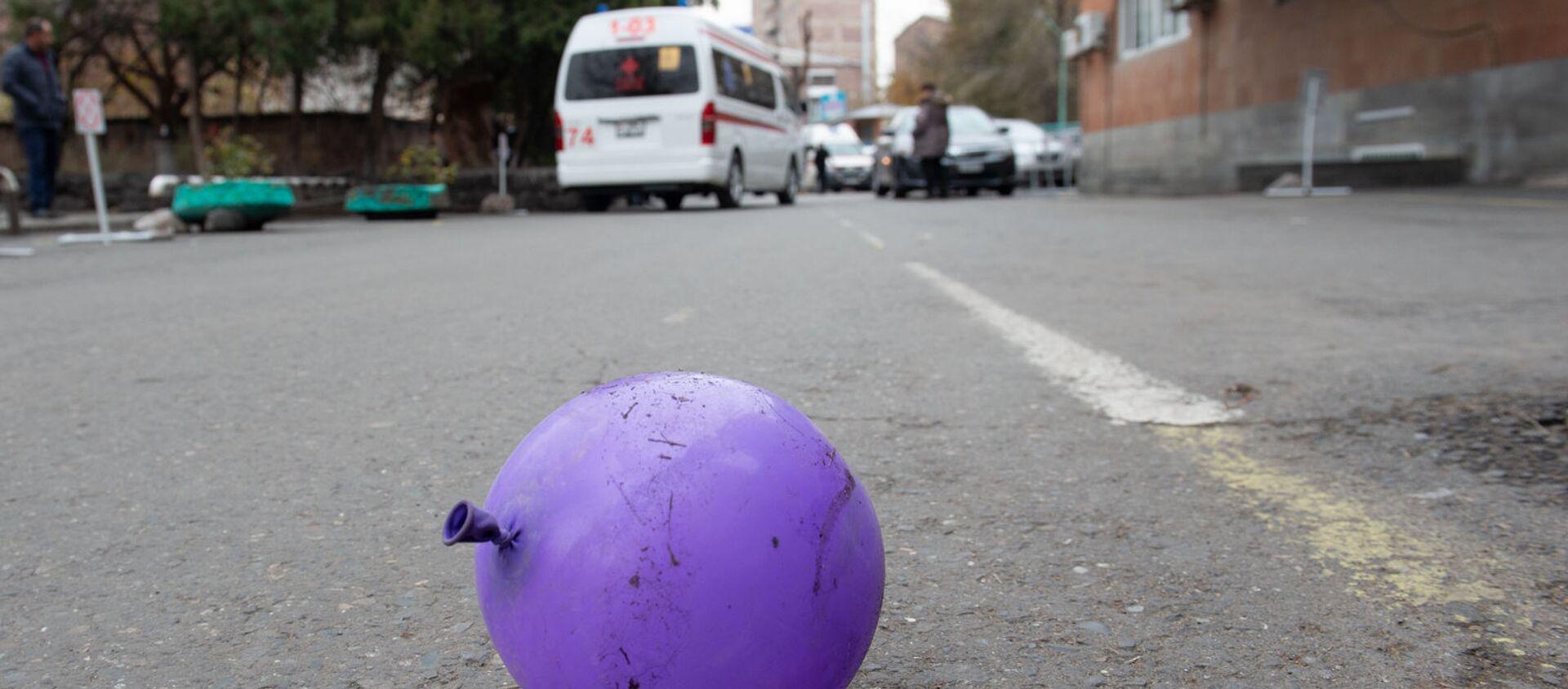 Заброшенный воздушный шарик у медицинского центра Сурб Асвацамайр - Sputnik Արմենիա, 1920, 23.08.2021