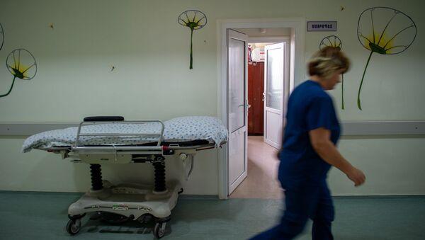 Медработник в коридоре медицинского центра Сурб Асвацамайр - Sputnik Армения