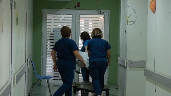 Медработники в коридоре медицинского центра  - Sputnik Армения