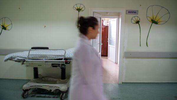Медработник в коридоре медицинского центра Сурб Асвацамайр - Sputnik Արմենիա