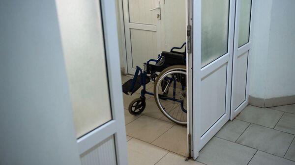 Инвалидная коляска в коридоре медицинского центра Сурб Асвацамайр - Sputnik Армения