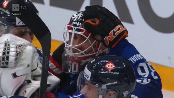 Финский голкипер забросил шайбу в ворота шведов - Sputnik Армения