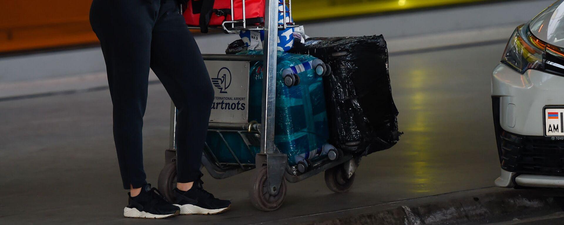 Пассажир с тележой для багажа в аэропорту Звартноц - Sputnik Արմենիա, 1920, 22.07.2021