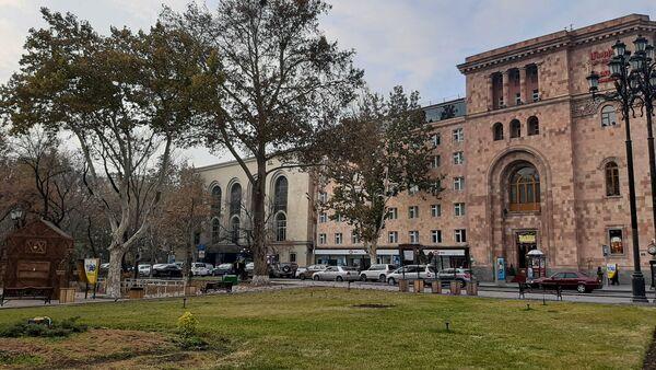 Театр Пароняна и гостиница Мариотт на улице Вазгена Саркисяна  - Sputnik Армения