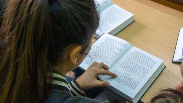 Участница литературного кружка Зартнир в селе Цахкаландж за чтением книги - Sputnik Армения