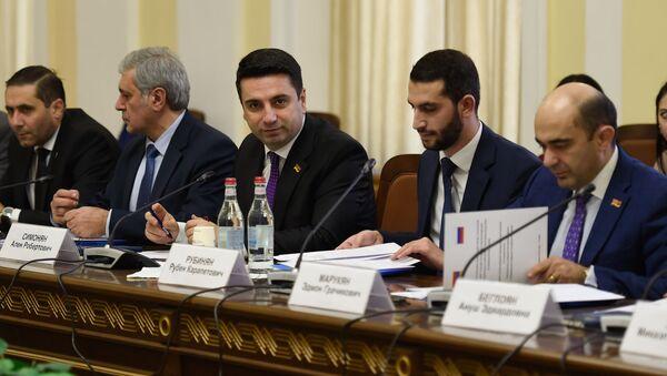 Члены Постоянной комиссии по внешним связям НС Армении на совместном заседании с Комитетом СФ по международным делам ФС России (18 декабря 2019). Еревaн - Sputnik Армения