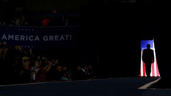 Силуэт президента США Дональда Трампа во время предвыборной кампании (11 октября 2019). Лейк-Чарльз - Sputnik Արմենիա