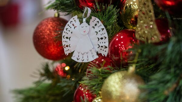 Ангелочек на рождественской елке в центре Еоляна - Sputnik Արմենիա