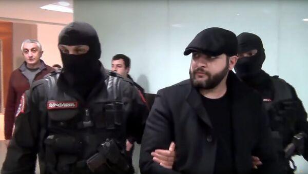 Сотрудники правоохранительных органов сопровождают экстрадированного из Чехии Нарека Саргсяна в аэропорту Звартноц - Sputnik Արմենիա