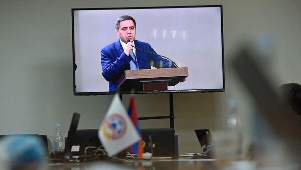 Журналисты в пресс-центре наблюдают за выступлением новоизбранного президента Федерации футбола Армении Армена Меликбекяна на внеочередном заседании ФФА (23 декабря 2019). Еревaн - Sputnik Армения