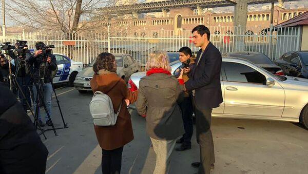 Председатель студсовета ЕГУ Давид Апоян отвечает на вопросы журналистов после выхода из полиции (24 декабря 2019). Еревaн - Sputnik Армения