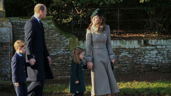 Принц Уильям, герцог Кембриджский и Екатерина, герцогиня Кембриджская гуляют со своими детьми принцем Джорджем и принцессой Шарлоттой у церкви Святой Марии Магдалины (25 декабря 2019). Сандрингем - Sputnik Արմենիա