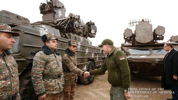 Премьер-министр Никол Пашинян во время посещения воинской части (27 декабря 2019).  - Sputnik Армения