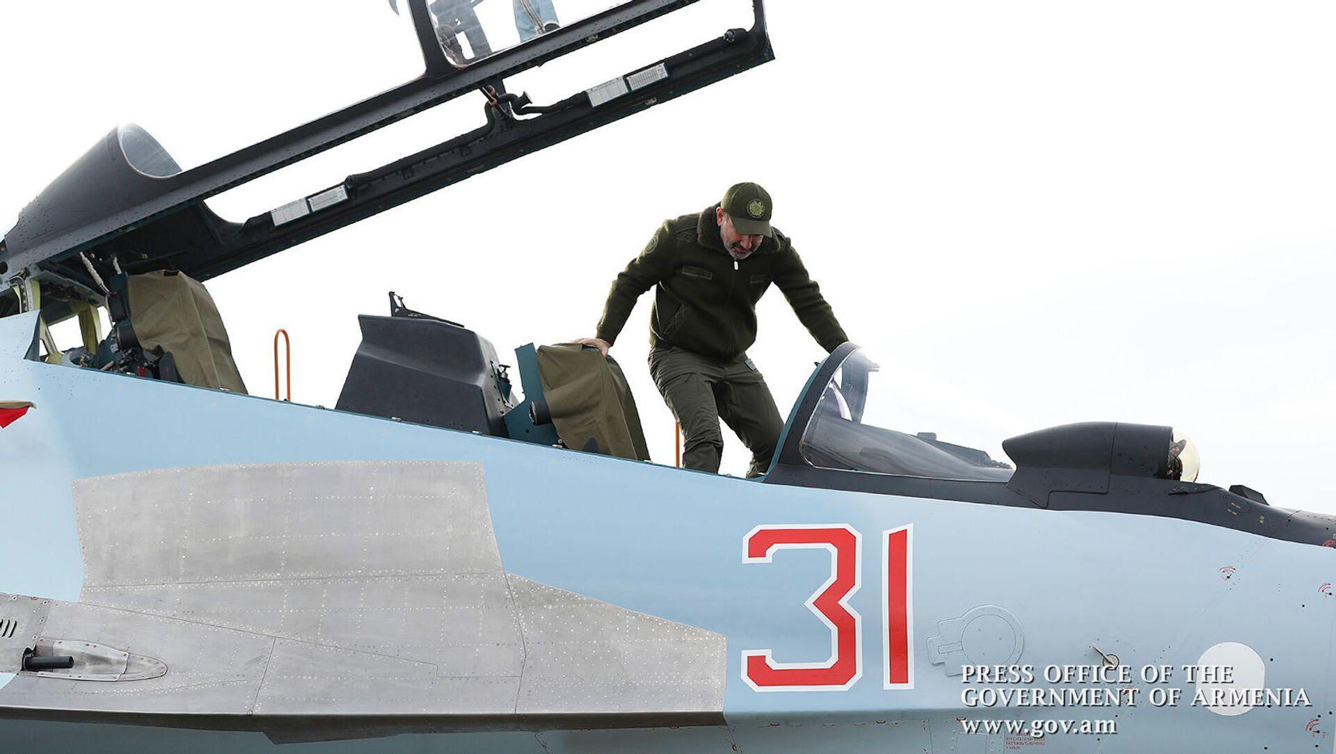 Премьер-министр Никол Пашинян поднимается в кабину новейшего СУ 30СМ (27 декабря 2019). - Sputnik Արմենիա, 1920, 14.08.2021