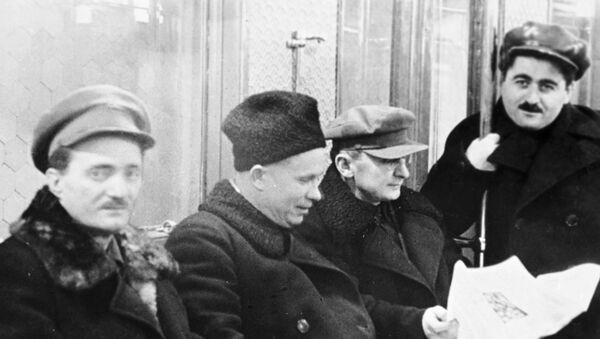1-й секретарь Московского горкома и обкома ВКП(б) Никита Хрущев (второй слева), член ЦИК СССР Лаврентий Берия (второй справа) и 1-й секретарь ЦК КП (б) Армянской ССР Агаси Ханджян (справа) в вагоне метрополитена (1935 год). Москвa - Sputnik Արմենիա