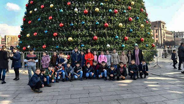Дети из приграничных сел Армении у главной елки на площади Республики (29 декабря 2019). Еревaн - Sputnik Արմենիա
