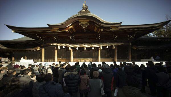 Люди во время молитвы в первый день Нового года в храме Самукава, Япония - Sputnik Արմենիա