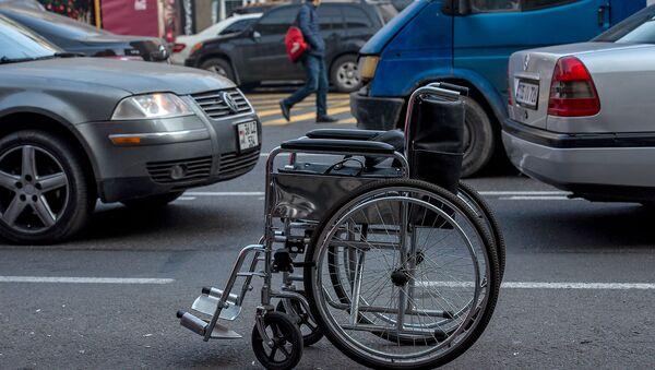 Инвалидная коляска на улице Вардананц - Sputnik Армения