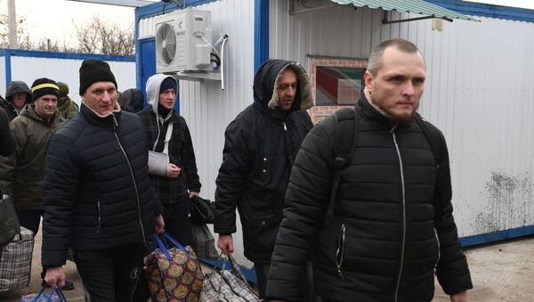 Пленные, возвращенные украинской стороной на КПП на окраине города Горловка в Донецкой области. - Sputnik Արմենիա