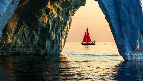 Яхта Петр Первый проплывает мимо айсберга в акватории острова Гренландия в рамках экспедиции российской компании Русарк - Sputnik Армения