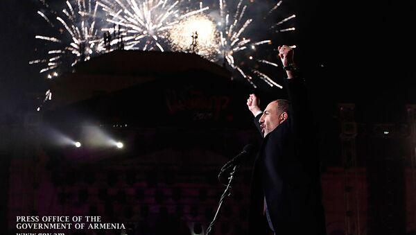 Новогодняя речь премьер-министра Армении Никола Пашиняна на площади Республики в Ереване - Sputnik Армения
