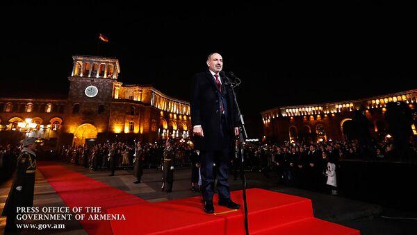 Новогоднее поздравление премьер-министра Армении Никола Пашиняна на площади Республики (31 декабря 2019). Еревaн - Sputnik Армения