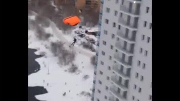 Экстремалы из Красноярска прыгнули с парашютом с 24 этажа - Sputnik Արմենիա