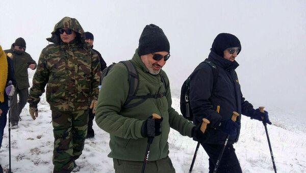Премьер-министр Никол Пашинян с группой альпинистов поднялся на гору Артаниш (5 января 2020). Гегаркуник - Sputnik Արմենիա