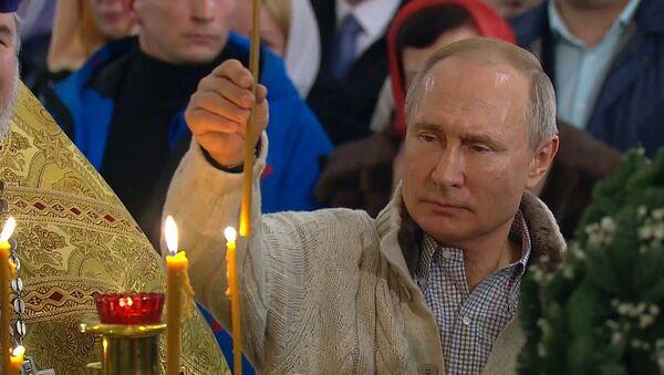 Путин и Медведев посетили рождественские богослужения - Sputnik Արմենիա