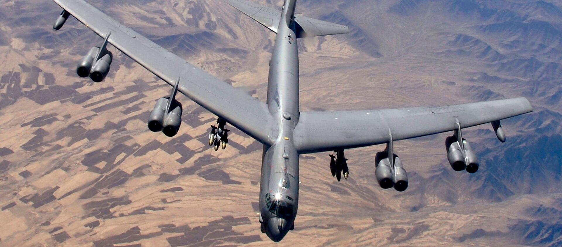 Бомбардировщик B-52 Stratofortress готовится к дозаправке (9 февраля 2006). Афганистан - Sputnik Армения, 1920, 08.03.2021