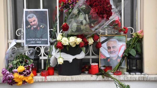 Цветы у посольства Исламской Республики Иран на Покровском бульваре после убийства генерала Касема Сулеймани (8 января 2020). Москва - Sputnik Армения