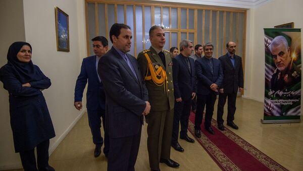Заместитель посла Ирана в Армении Али Мохаммад Мотахи встречает посетителей у входа в Посольство Ирана в Армении, где открыта книга соболезнований в связи с убийством иранского генерала Касема Хосейни (8 января 2020). Еревaн - Sputnik Արմենիա
