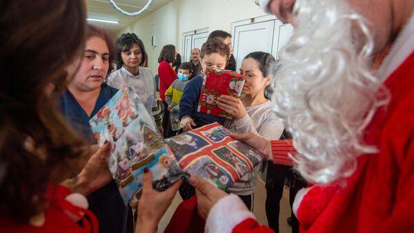 Дед Мороз раздает подарки - Sputnik Արմենիա