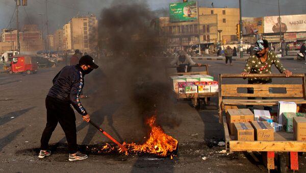 Протестующие устроили поджоги, чтобы закрыть улицы возле площади Тахрир во время демонстрации протеста против иранского ракетного удара (8 января 2020). Багдад - Sputnik Армения
