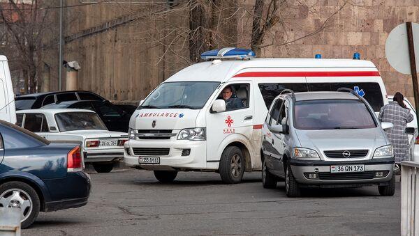 Автомобиль скорой помощи у медцентра Сурб Григор Лусаворич - Sputnik Армения