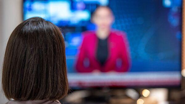 Девушка смотрит телевизор - Sputnik Արմենիա