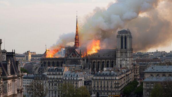 Пожар в соборе Нотр-Дам в центре Парижа (15 апреля 2019). Франция - Sputnik Армения
