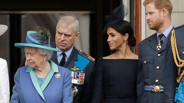 Британская королева Елизавета II, Принц Эндрю, герцогиня Сассексская Меган и принц Гарри на балконе Букингемского дворца (10 июля 2018). Лондон - Sputnik Армения
