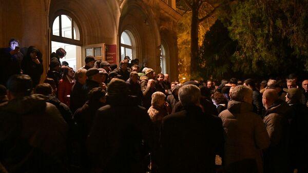 Сторонники оппозиции у здания администрации президента Абхазии (12 января 2020). Сухум - Sputnik Армения