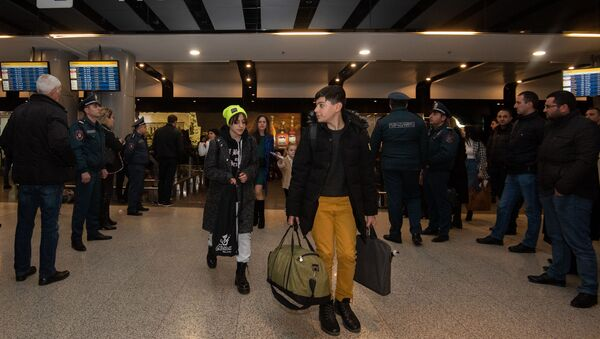 Пассажиры первого рейса Милан-Ереван-Милан авиакомпании Ryanair в аэропорту Звартноц (14 января 2020). Еревaн - Sputnik Արմենիա