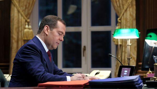 Председатель правительства РФ Дмитрий Медведев в рабочем кабинете в подмосковной  резиденции Горки. - Sputnik Армения