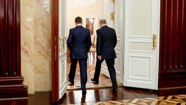 Президент России Владимир Путин и председатель правительства Дмитрий Медведев перед встречей с членами правительства после отставки (15 января 2020). Москвa - Sputnik Армения