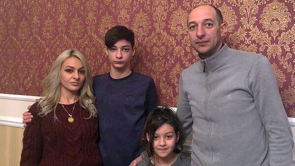 Бывший нападающий ФК Ширак Андраник Барикян с семьей - Sputnik Արմենիա