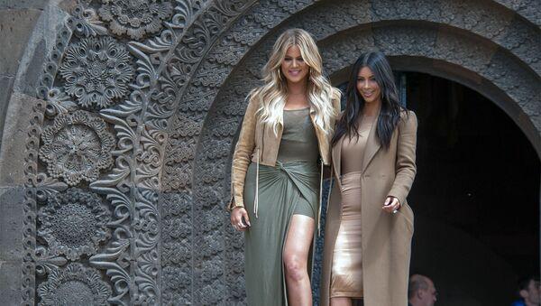 Американская актриса Ким Кардашьян с сестрой Хлоей (слева) во время памятных мероприятий в Ереване, посвященных 100-летию геноцида армян - Sputnik Արմենիա